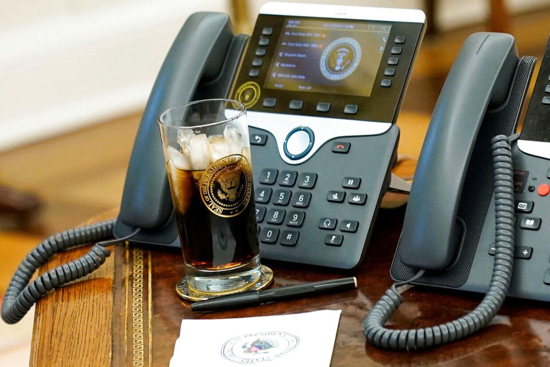 Donald Trump sværger til sukkerfri Coca Cola. Her ses et glas ved siden af hans telefon i Det Ovale Værelse.