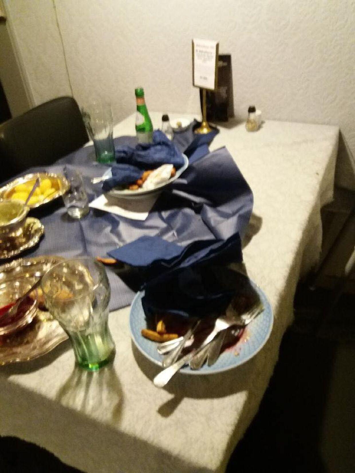 Her er bordet, som Martin og hans kæreste efterlod på kroen.