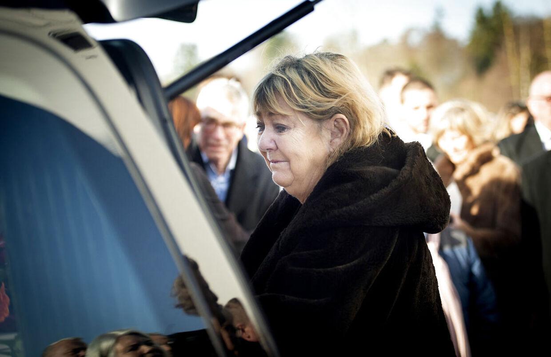 Karen Thisted siger et sidste farvel ved rustvognen, som kørte Ole stephensens kiste bort.. (Foto: Liselotte Sabroe/Ritzau Scanpix)