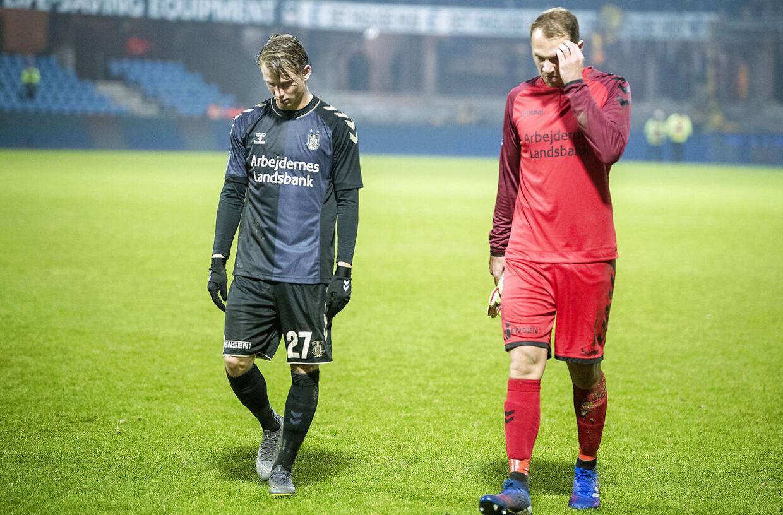 Brøndbys Simon Hedlund og målmand Marvin Schwäbe efter søndagens nederlag til Esbjerg.