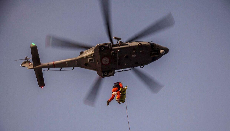 En redningshelikopter tager en kvinde ombord. Arkivfoto.