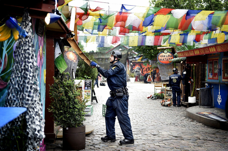 (ARKIV) Københavns Politi fjerner hashboder i Pusher Street i Christiania.