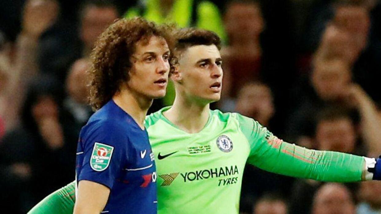 Kepa Arrizabalaga og David Luiz på banen i en længere diskussion med Maurizio Sarri.