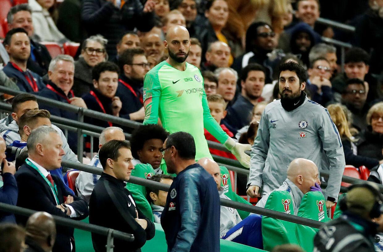 Cabellero troede, han skulle ind. Sarri forlader banen, men kommer tilbage kort efter.