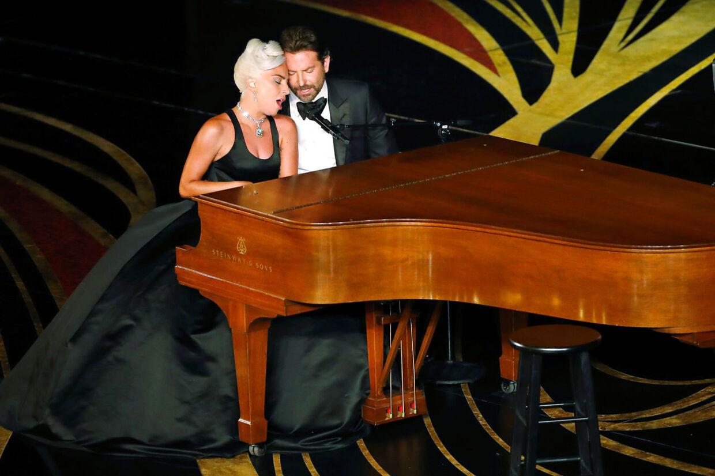 Det var et rørende øjeblik, da de to stjerner gik på scenen for at synge deres hit Shallow. TPX IMAGES OF THE DAY