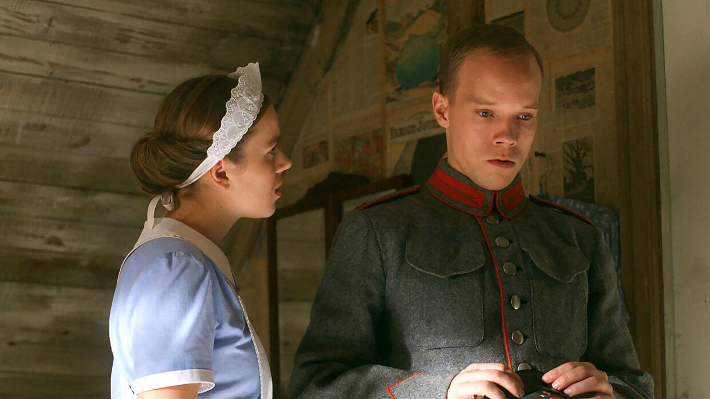 Stuepigen Nana og hendes jaloux kæreste, Anders, spillet af Christian Collenburg, der tidligere har spillet Otto Brandenburg i tv-serien 'Mercur'.