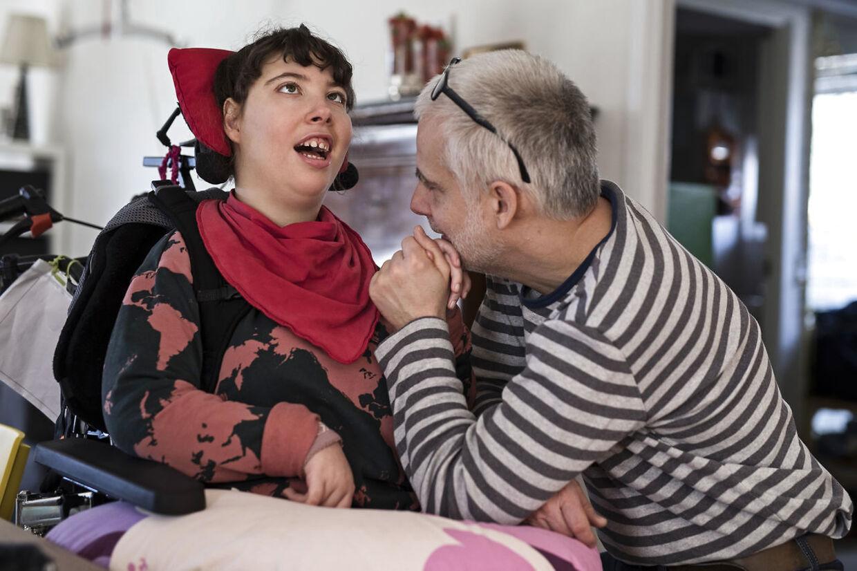 BT SOLO: Liva og Jørgen. Liva er hjerneskadet og fylder snart 18 år. Udviklingsmæssigt må hun vel siges at være ca. tre-seks måneder. Liva og resten af hendes familie bliver formentlig omfattet af det lovgivningsmæssige benspænd, der fortsat rammer forældre til børn med handicap og ikke mindst børnene selv, når de fylder 18 år.