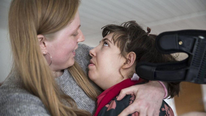 Selv om Liva stort set ingenting kan, modtager hun konstant masser af omsorg fra familie og sin hjælper, Louise.