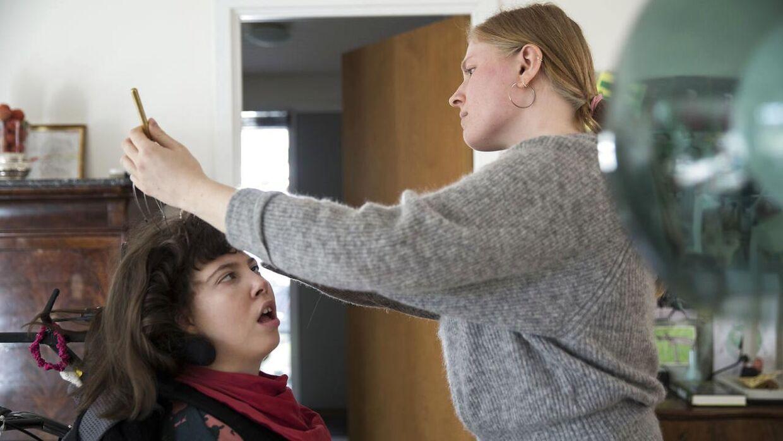 Liva får hovedbundsmasage af hjælperen Louise.