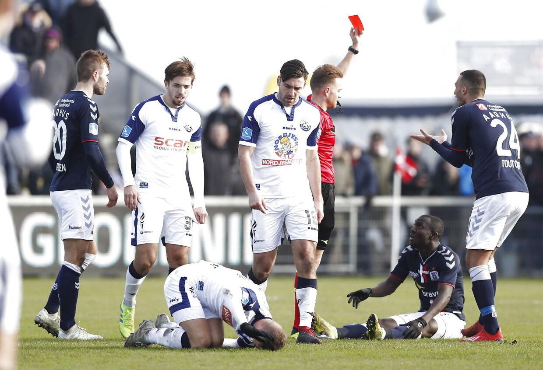 Dommer Mikkel Redder giver AGF's Adama Guira det røde kort i Superliga-kampen mod Vendsyssel FF.