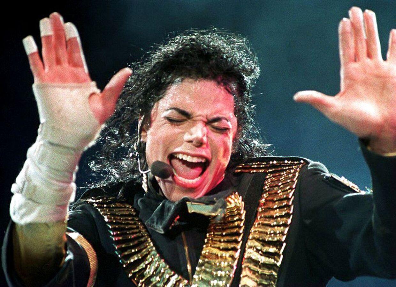 Michael Jackson optræder på scenen med et af sine mange hits.