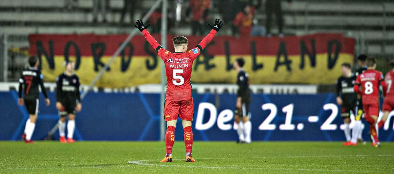Mads Valentin Pedersen (nummer 5) jubler over Andreas Skov Olsens scoring til 2-1, da FC Nordsjælland mandag aften mødte FC Midtjylland i Superligaen.