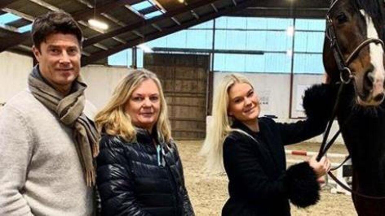 Rasmine Laudrup er springrytter på højt plan. Her med sin gamle hest og forældrene, Mette og Brian Laudrup.