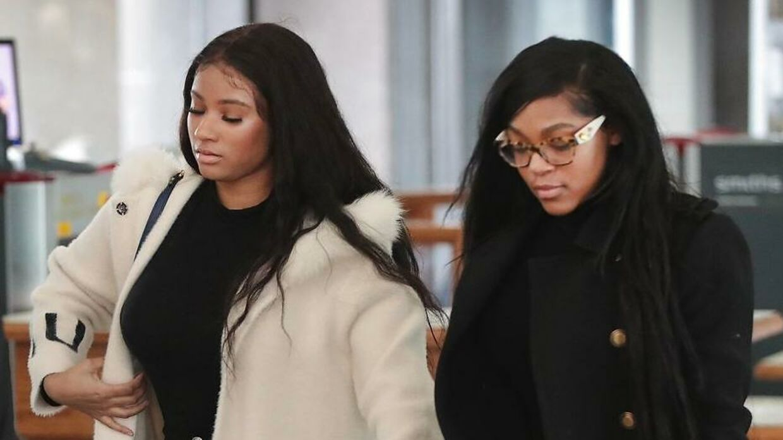 Jocelyn Savage (Venstre) og Azriel Clary (Højre) ankommer til retssagen i forbindelse med kautionshøringen af R. Kelly den 23. februar 2019 i Chicago. AFP.