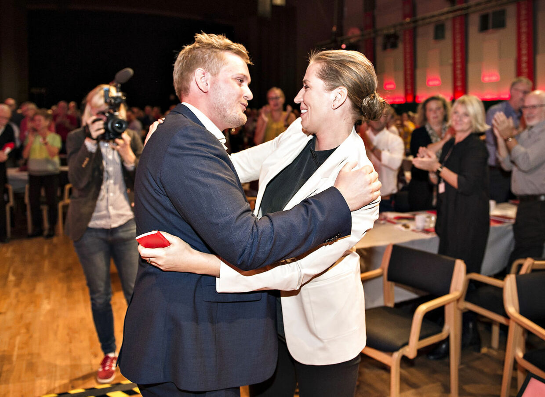 Tidligere DSU-formand Lasse Quvang Rasmussen (tv.) løj om årsagen til sin afgang. Socialdemokratiets top var orienteret og kendte dermed til dækhistorien.