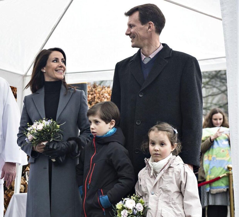 Prinsesse Marie og børnene Henrik og Athena flytter med, når prins Joachim tager til Paris for at uddanne sig i militæret.