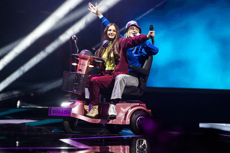 Maria og Bea rappede sig gennem Bomfunk MC's megahit 'Freestyler' fra en elscooter.