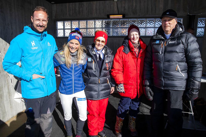 Dronning Margrethe sammen med kronprins Haakon, langrendsløber Therese Johaug, dronning Sonja og kong Harald.