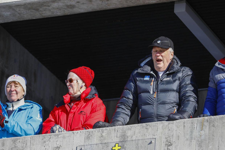 Dronning Margrethe med Oslos ordfører Marianne Borgen og kong Harald under langrenn 30 km fellesstart kvinner i Holmenkollen søndag.
