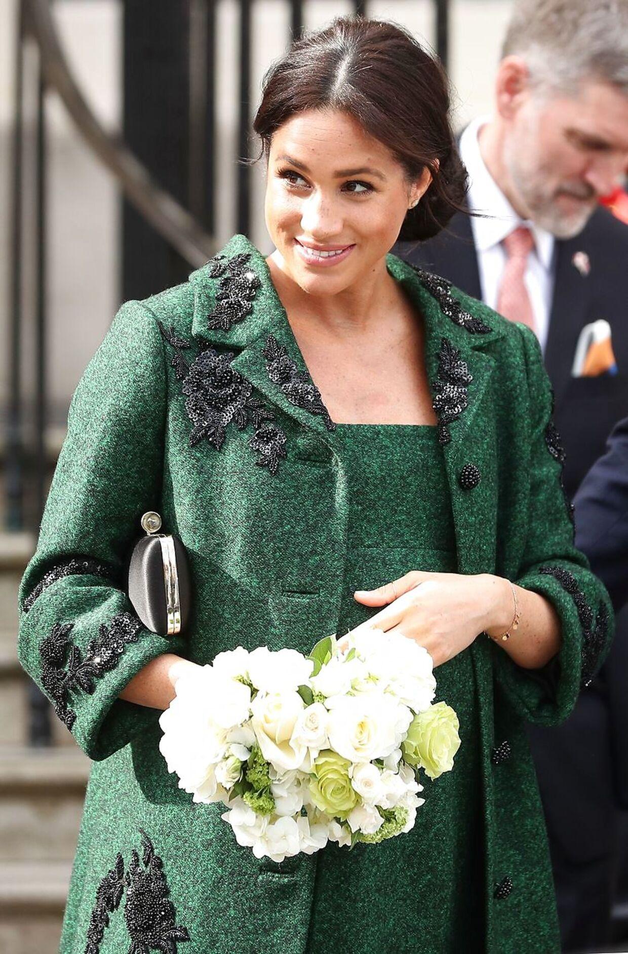 Den mørkegrønne kjole, som hertuginde Meghan bar ved Commonwealth Day, var i uld og påført broderier. (Photo by Daniel LEAL-OLIVAS / AFP)