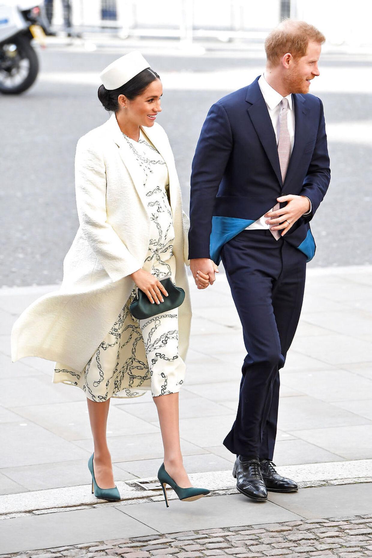 Den hvide kjole, som Hertuginden bar, er designet af Victoria Beckham. REUTERS/Toby Melville