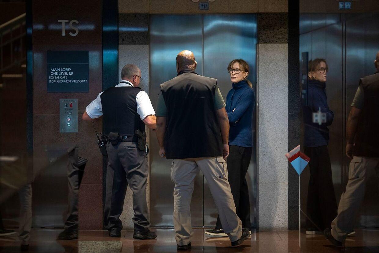 Felicity Huffman ses i FBI's varetægt i Los Angeles.
