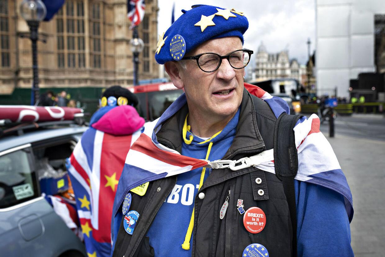 Chris Hatcher, som B.T. møder foran Westminster Palace torsdag formiddag, er godt tosset på Theresa May over udsigten til endnu en afstemning om skilsmisseaftalen.