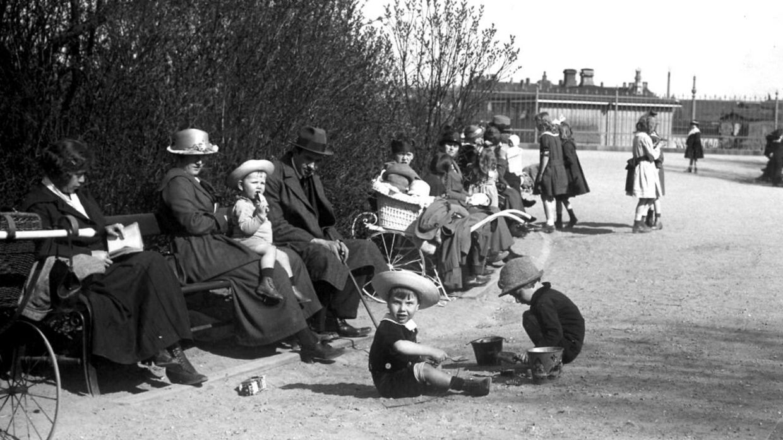 En verden uden det farverige plastik ville i mange tilfælde være mere sort og hvidt. Arkivfoto fra Langelinie fra starten af 1900-tallet.