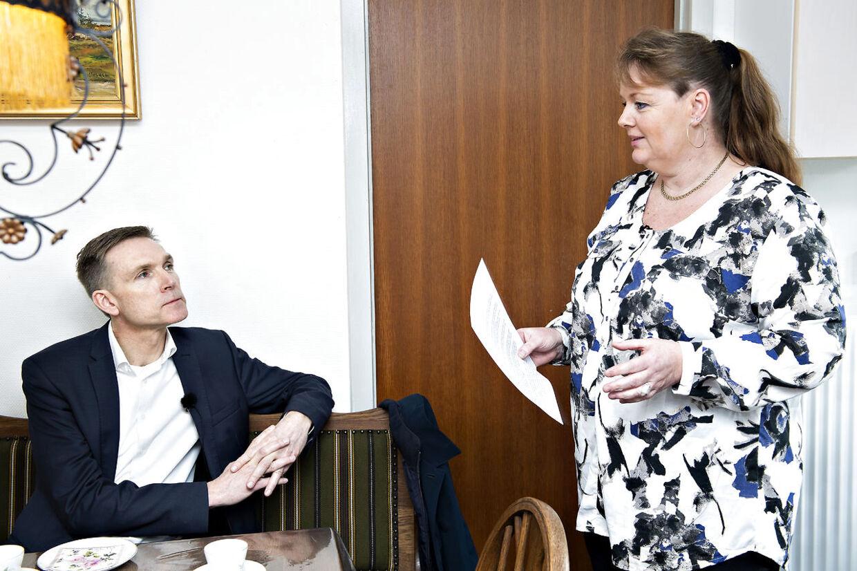 Kristian Thulesen Dahl besøger Nanna Keldorff Boysen, der oplever problemer ved at være nabo til Asylcenter Hviding.