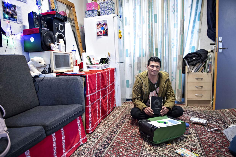 Der bor ca. 400 aylansøgere fra 50 forskellige lande på Asylcenter Hviding. Her ses Behzad Safari, der er kurdisk iraner, på værelset, hvor han bor sammen med sin kone og seksårige barn.