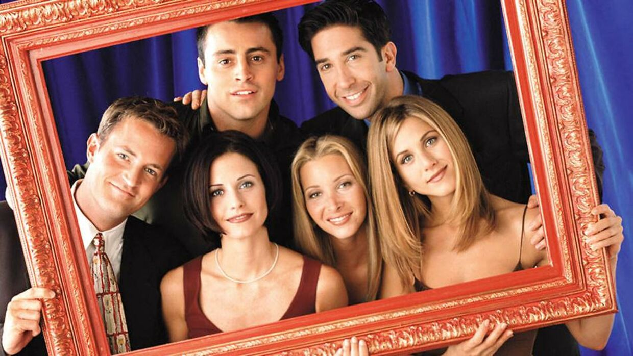 Her ses de seks skuespillere, som spiller hovedrollerne i Friends. (Fra venstre mod højre) Matthew Perry som Chandler Bing, Courteney Cox som Monica Geller, Matt LeBlanc som Joey Tribbiani, Lisa Kudrow som Phoebe Buffay, David Schwimmer som Ross Geller og til sidst Jennifer Aniston som Rachel Green.