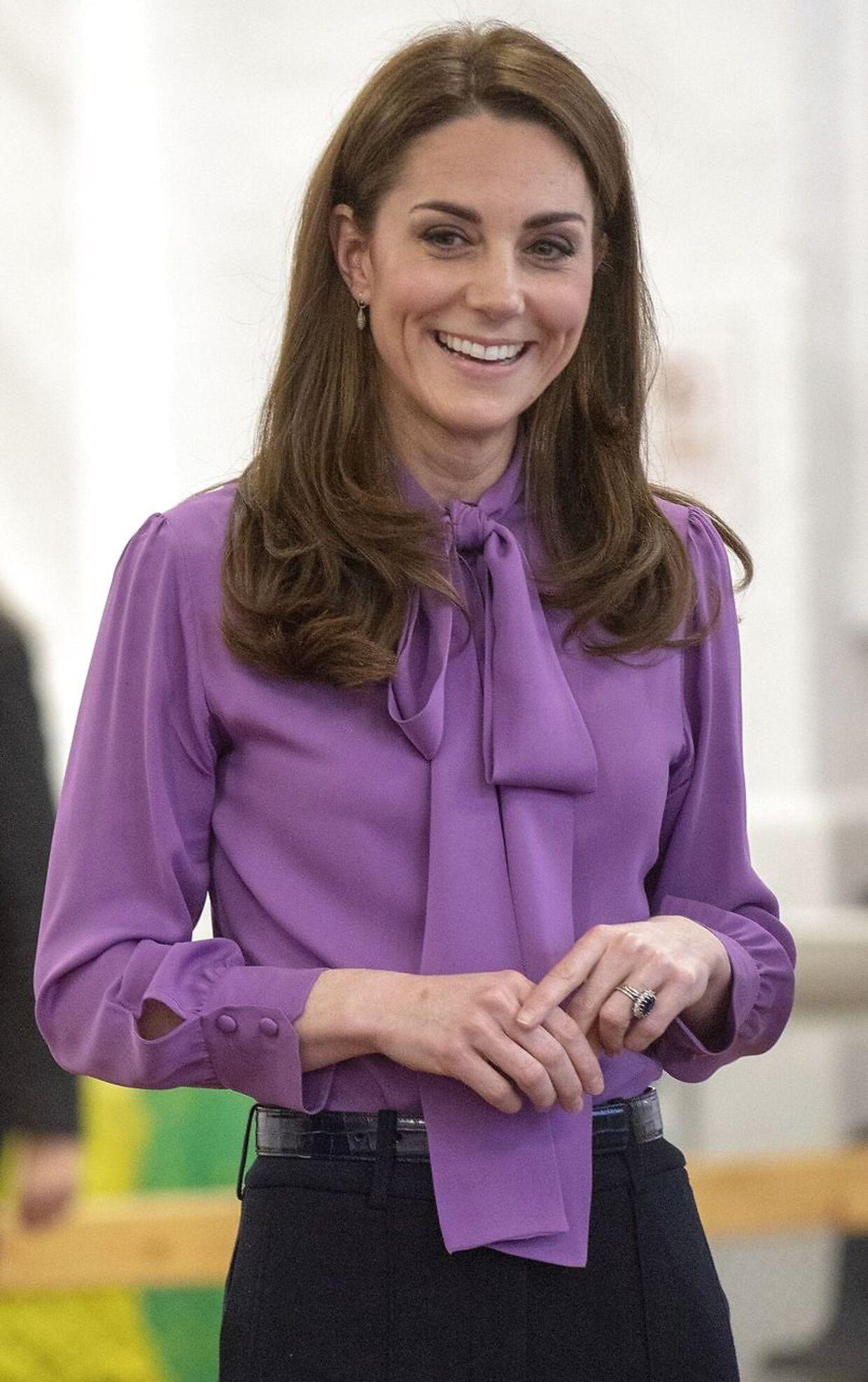 Også knapperne på ærmerne afslører, at hertuginden bar blusen modsat af, hvad designeren havde bestemt. (Photo by Arthur Edwards / POOL / AFP)