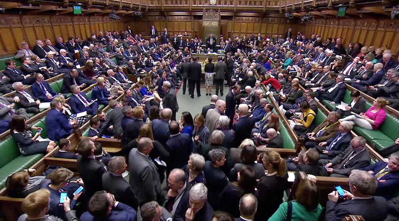 Det helt fyldte Underhus i London, hvor parlamentsmedlemmerne torsdag skulle stemme om at udsætte brexit.