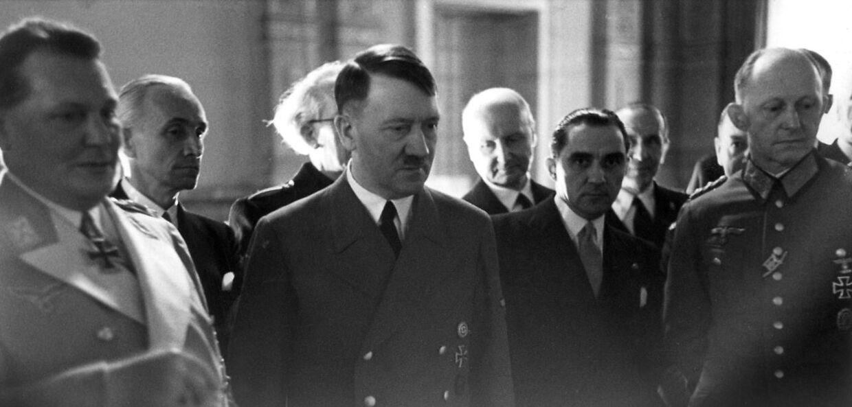Hermann Göring (tv, Adolf Hitler (i midten).
