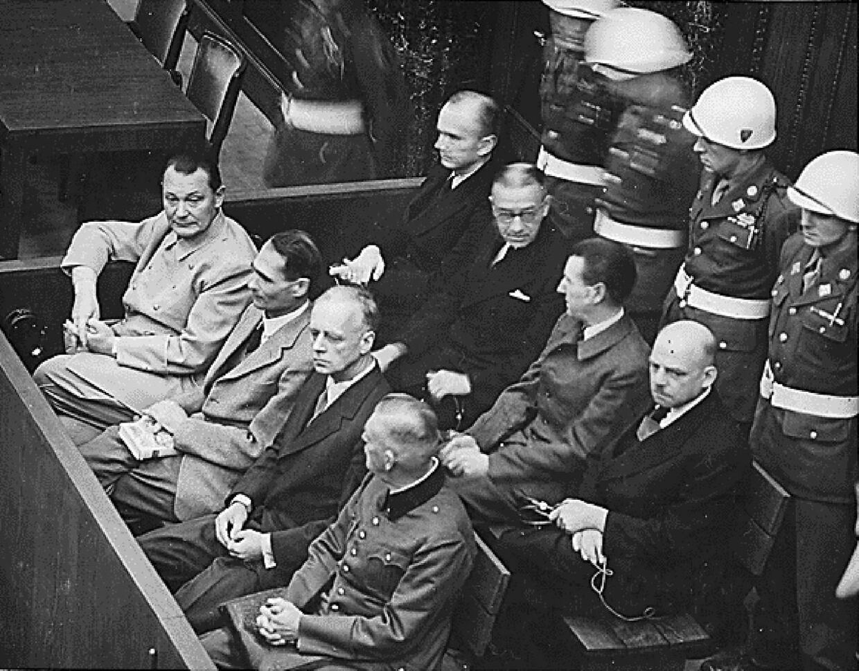 Nazister ved Nürnberg (venstre til højre, forreste række) Hermann Göring, Rudolf Hess, Joachim von Ribbentrop og Wilhelm Keitel.