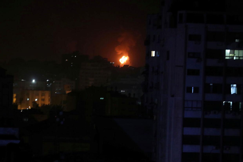 Røg og flamer ses fra det israelske luftangreb. Gazastriben fredag 15. marts 2019.