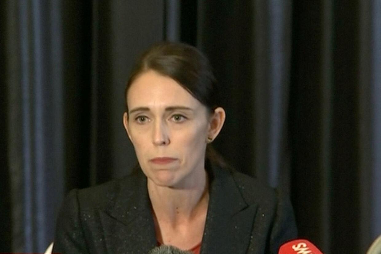 New Zealands premierminister Jacinda Ardern holdt kort efter de første meldinger om angrebet et kort pressemøde, hvor hun informerede om angrebet. Reuters Tv/Reuters
