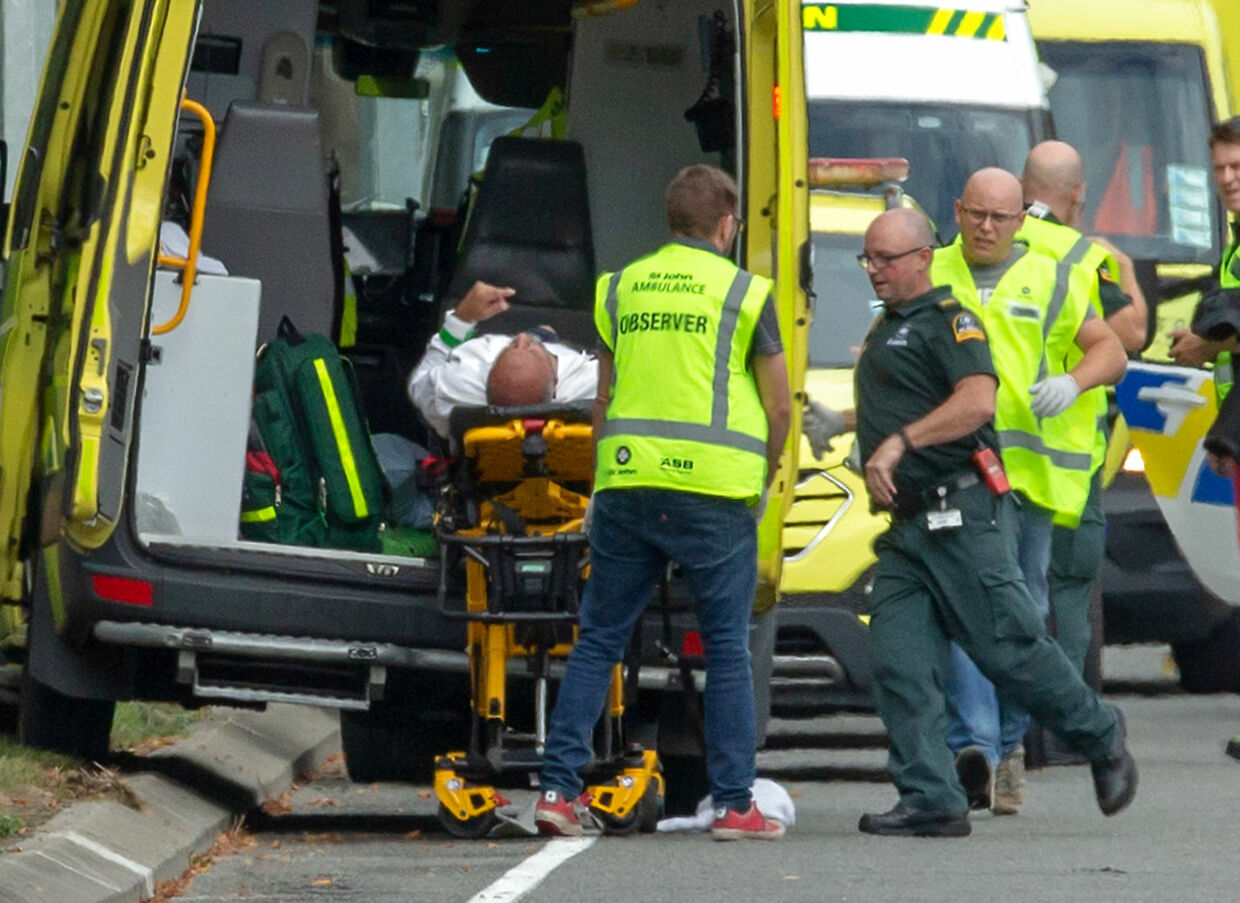 An injured person is loaded into an ambulance following a shooting at the Al Noor mosque in Christchurch, New Zealand, March 15, 2019. REUTERS/SNPA/Martin Hunter ATTENTION EDITORS - NO RESALES.NO ARCHIVES TPX IMAGES OF THE DAY. (Foto: Stringer ./Ritzau Scanpix)