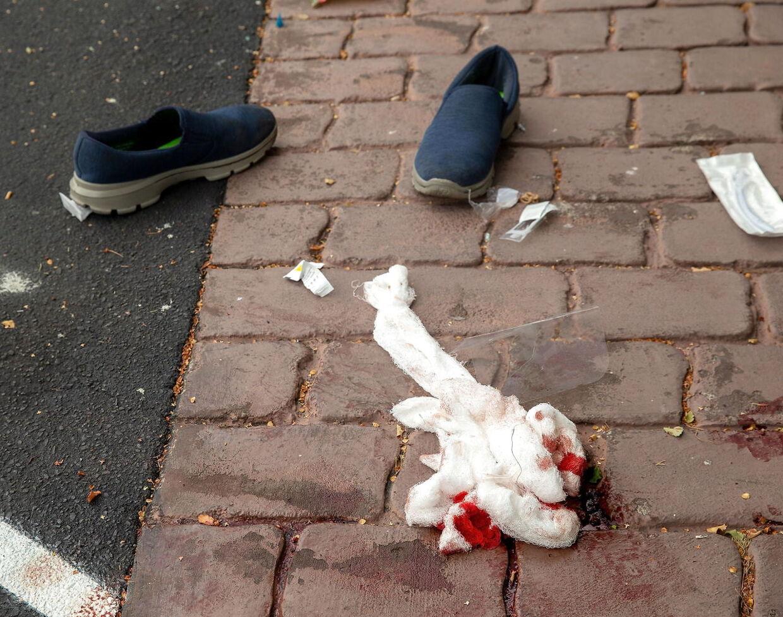 Det var blodige scener, der blev efterladt, efter minimum to gerningsmænd fredag åbnede ild i to moskéer i New Zealand.