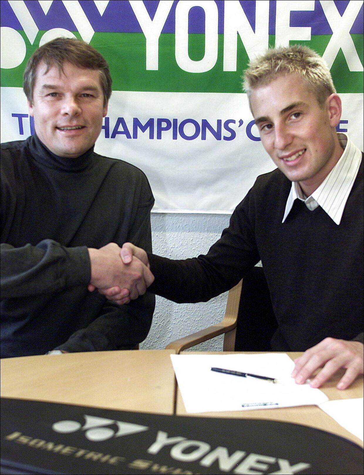 Yonex Scandinavias danske direktør Benni Holst-Andersen sammen med den tidligere verdensrangliste-etter i herresingle Peter Gade.