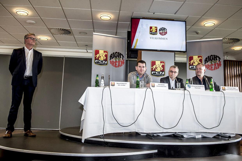 FCN-direkør Søren Kristensen til venstre til pressemøde i 2017 om en satsning på kvinde- og pigefodbold.