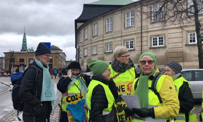 Sammen med en masse folkeskole elever tog Bedsteforældrenes Klimaaktion til demonstration foran Christiansborg.