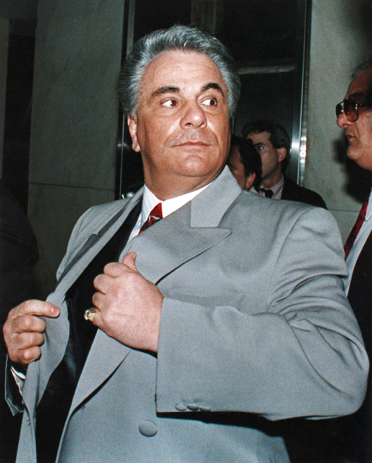 John Gotti, tidligere leder af Gambino-familien, beordrede for 34 drabet på Paul Castellano, lederen af Gambino-familien, så han selv kunne komme til tops. Nu er hans bror, Gene Gambino, under lup i kølvandet på drabet på Francesco 'Franky Boy' Cali, den netop likviderede boss i Gambino-familien.