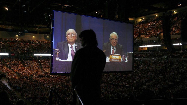 Charlie Munger (til venstre på skærmen) er god for 11 milliarder kroner.