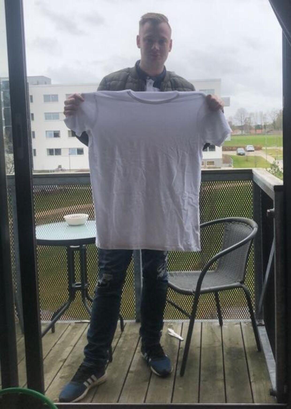 Jesper Ebbbesen med den ene T-shirt, han modtog fra Styled.dk. Det gratis ur har han smidt ud.