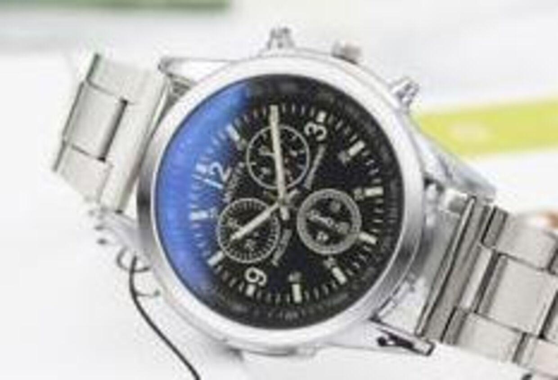 Dette ur koster 15,55 kroner eksklusiv told på eBay.