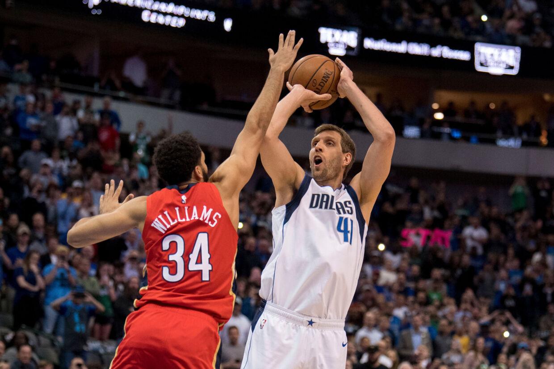 Dallas Mavericks-spilleren Dirk Nowitzki (i hvidt) scorede otte point i kampen mod New Orleans Pelicans og Kenrich Williams (i rødt). Nu er han den sjettemest scorende i NBA. Jerome Miron/Ritzau Scanpix