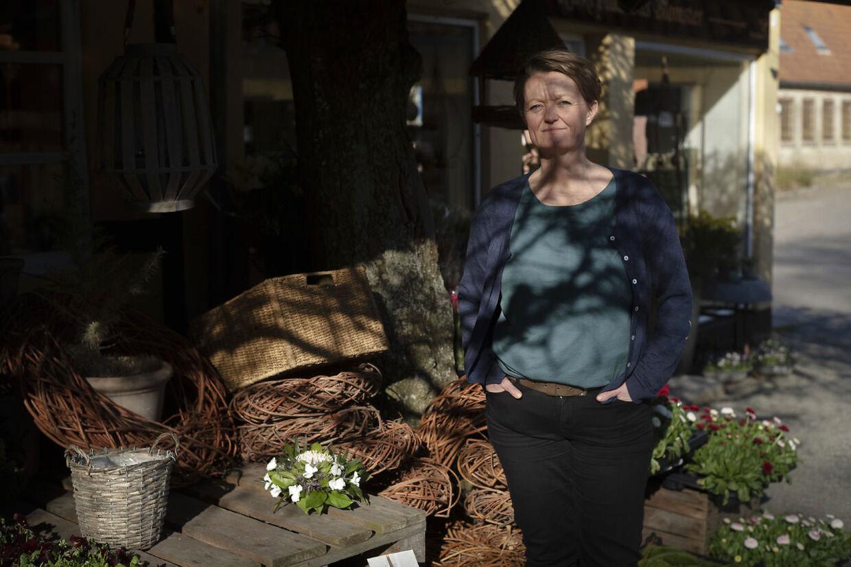 »Vi har stadig til gode at se en by, der har fået lagt en omfartsvej rundt om sig, og hvor handelslivet blomstrer,« siger Anni Andersen, som udover at være formand for Mariager Handel har drevet Kirkepladsens Blomster gennem 30 år.