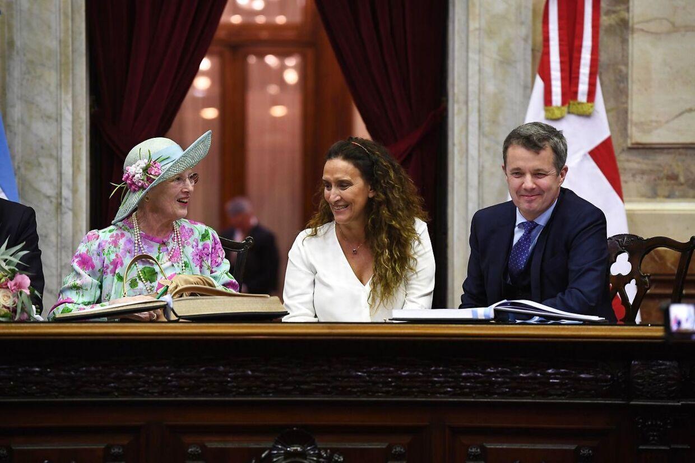 Her ses dronning Margrethe sammen med Argentinas vicepræsident - Gabriela Michetti - og kronprins Frederik mandag.