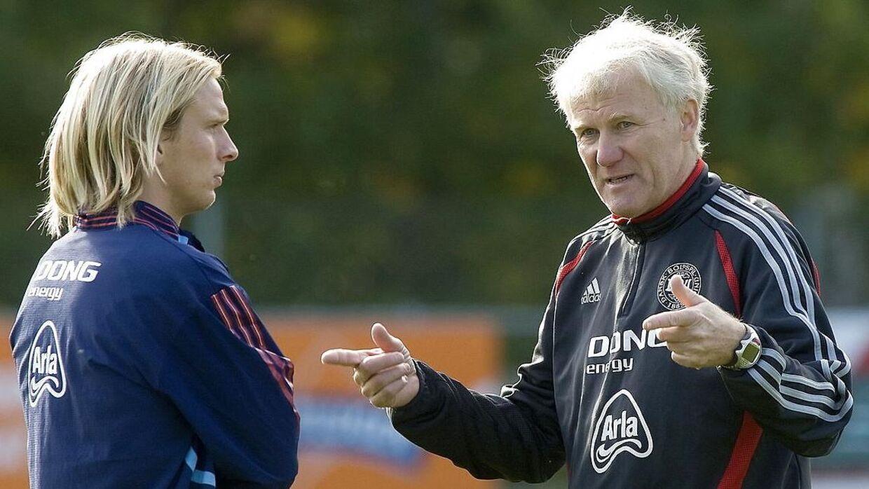 Morten Olsen giver instrukser til Christian Poulsen.